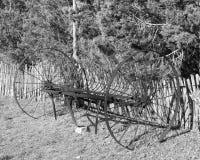 Vecchio aratro fatto per guardare ancora più vecchio in bianco e nero Fotografia Stock