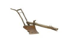 Vecchio aratro manuale agricolo isolato sopra bianco Immagini Stock