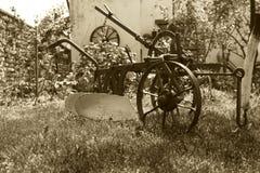 Vecchio aratro rustico d'annata di agricoltura in cortile Fotografie Stock