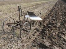 Vecchio aratro trainato da cavalli d'annata sul campo in Olanda Fotografia Stock Libera da Diritti