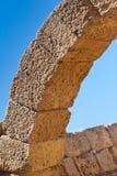 Vecchio arco di pietra romano nel sito archeologico di Cesarea vicino lei fotografie stock
