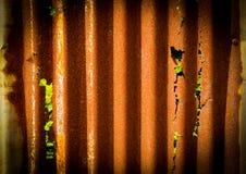 Vecchio arrugginito del recinto dello strato dello zinco è fondo di lerciume Immagine Stock