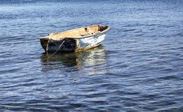 Vecchio, arrugginito, vuoto, piccola barca sul mar Egeo Fotografia Stock