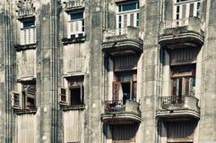 Vecchio art deco di Avana che sviluppa stile con i balconi e le finestre Fotografia Stock Libera da Diritti