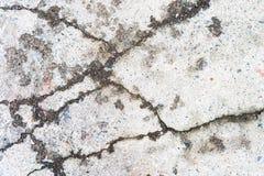 Vecchio asfalto incrinato con le crepe fotografia stock