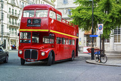 Vecchio autobus a due piani sulle vie di Londra Fotografia Stock Libera da Diritti