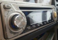 Vecchio autoradio con il riproduttore di CD Immagini Stock