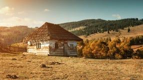 Vecchio autunno abbandonato della casa immagini stock