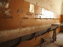 Vecchio, bagno obsoleto e sporco Fotografie Stock Libere da Diritti