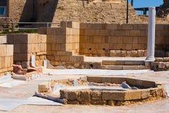 Vecchio bagno pubblico di pietra romano in clos archeologici del sito di Cesarea immagine stock libera da diritti