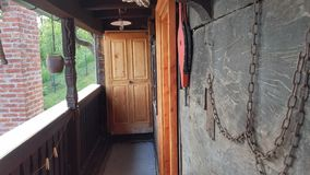 Vecchio balcone di legno della casa Immagini Stock Libere da Diritti