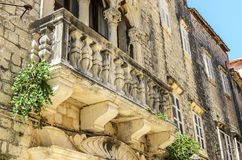 Vecchio balcone di pietra sulla casa fotografia stock