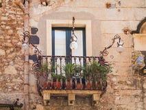 Vecchio balcone in Sicilia Immagini Stock Libere da Diritti