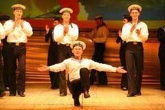 Vecchio ballo russo nazionale tradizionale acrobatico Yablochko del marinaio Immagine Stock Libera da Diritti