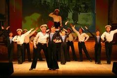 Vecchio ballo russo nazionale tradizionale acrobatico Yablochko del marinaio Immagini Stock Libere da Diritti