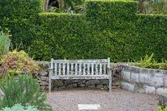 Vecchio banco del giardino Immagini Stock Libere da Diritti