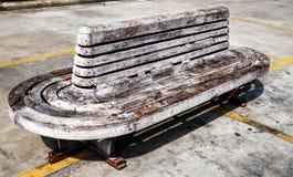 Vecchio banco di legno al sole fotografia stock