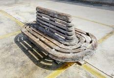 Vecchio banco di legno alla luce luminosa di Sun fotografia stock libera da diritti