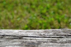 Vecchio banco di legno su sfuocatura dell'estratto verde fresco immagini stock