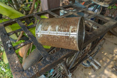 Vecchio barattolo di latta arrugginito sulla vecchia bici Fotografia Stock Libera da Diritti