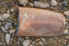 Vecchio barattolo di latta del primo piano sulla spiaggia arrugginita garbage1 Fotografia Stock