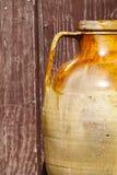 Vecchio barattolo di terracotta di marrone del vaso Vecchio legno di lerciume del fondo Fotografia Stock