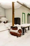 Vecchio barbecue arrugginito nella neve nell'iarda Immagine Stock Libera da Diritti