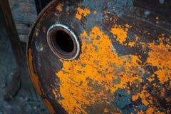 Vecchio barile da olio arrugginito con pittura arancio fotografia stock libera da diritti