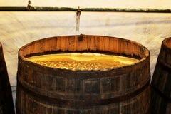 Vecchio barilotto della quercia con i cerchi del metallo riempiti di poltiglia Processo di produrre birra fotografia stock libera da diritti