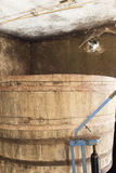 Vecchio barilotto di legno nella cantina per vini Fotografia Stock Libera da Diritti