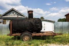 Vecchio barilotto nero per il riscaldamento del bitume immagini stock libere da diritti