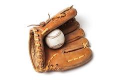 Vecchio baseball con un guanto da baseball Immagini Stock