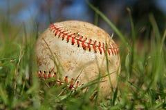 Vecchio baseball nell'erba Immagine Stock