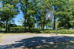 Vecchio basketballfield in una città in Germania orientale fotografie stock