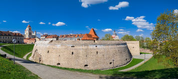 Vecchio bastione dell'artiglieria in vecchia città di Vilnius, Lituania fotografie stock