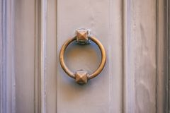 Vecchio battitore di porta d'ottone su un'entrata principale grigia Fotografia Stock Libera da Diritti