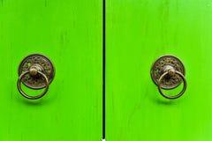 Vecchio battitore tailandese sulla porta di legno, Tailandia Immagine Stock