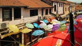 Vecchio bazar di Skopje, via con gli ombrelli variopinti Immagine Stock Libera da Diritti