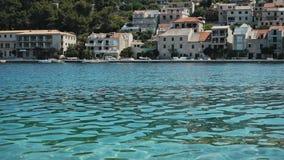 Vecchio bello villaggio sulle rive del mar Mediterraneo, Croazia archivi video