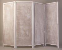 Vecchio bianco che piega schermo di legno isolato su un fondo grigio immagine stock