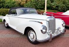 Vecchio bianco classico dell'automobile Fotografie Stock
