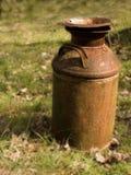 Vecchio bidone di latte arrugginito Fotografie Stock