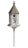 Vecchio Birdhouse isolato con il percorso di residuo della potatura meccanica Immagine Stock