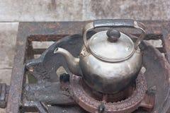 Vecchio bollitore sulla stufa di gas arrugginita Immagine Stock