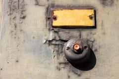 Vecchio bottone d'annata del campanello per porte sul campanello per porte dell'oggetto d'antiquariato della parete di lerciume Fotografia Stock Libera da Diritti