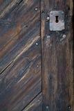 Vecchio buco della serratura in porta di legno fotografia stock libera da diritti