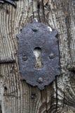 Vecchio buco della serratura in porta di legno fotografia stock