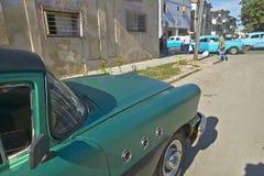 Vecchio Buick 1955 ha parcheggiato con altre vecchie automobili nella distanza di Avana, Cuba Fotografie Stock Libere da Diritti