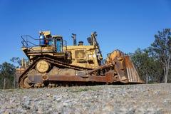 Vecchio bulldozer che si siede sul pendio Immagine Stock