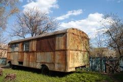Vecchio bus arrugginito nel giardino Fotografie Stock Libere da Diritti